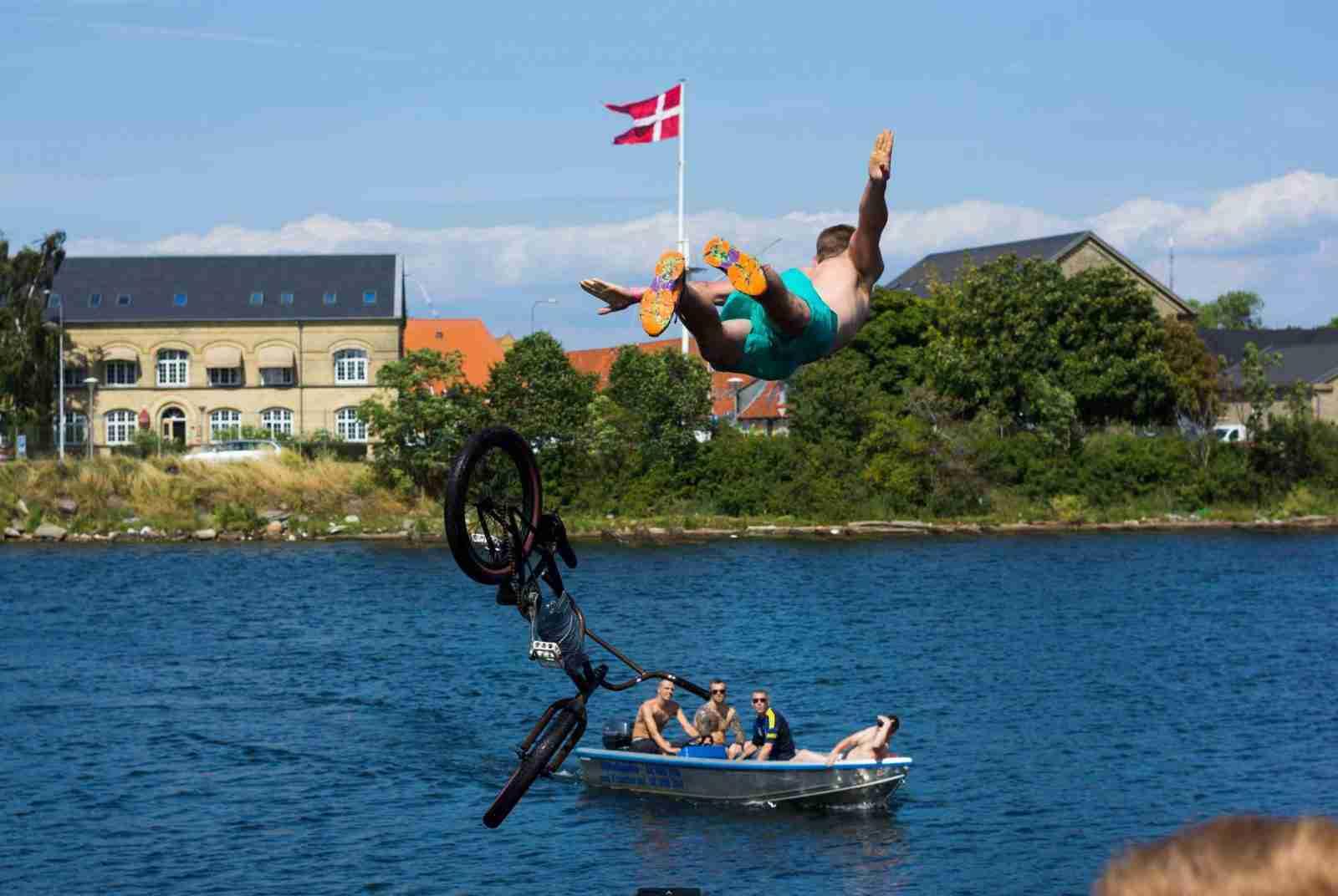 kulturhavn-holmen-dirt-dirtjump-bmx-vand-havn-sjov-friluftsliv-copenhagen-kbh-christianshavn-pumptrack-cykelleg